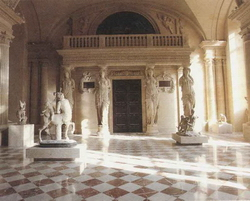 Зал кариатид (Лувр. Париж)